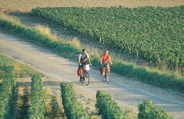 000062_france_burgundy_Cycling-couple-along-g.jpg