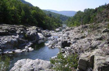 0001a5_france_tarn-cevennes_Rocks-alongside-rive-g.jpg