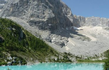 00038b_italy_dolomites_Clear-lake-and-steep-g.jpg