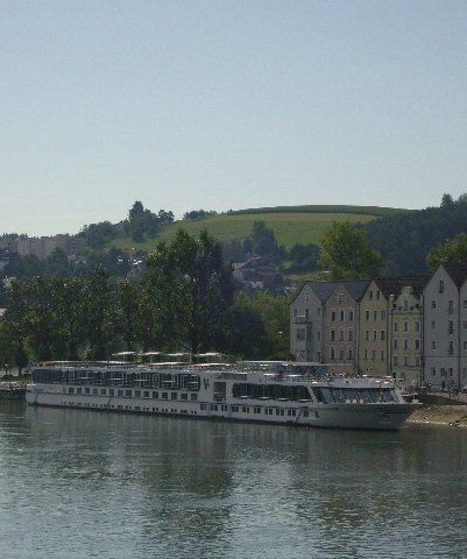 00064a_austria_Large-Danube-boat-on-g.jpg
