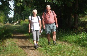 000754_france_brittany_customers-walking--g.jpg