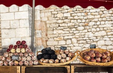 000ec3_france_dordogne_Saucissons-at-the-ma-g.jpg