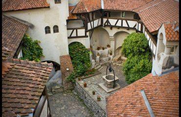romania/transylvania/001275/Bran-courtyard-g.jpg