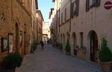 italy/tuscany/0019b2/Pienza-street-g.jpg
