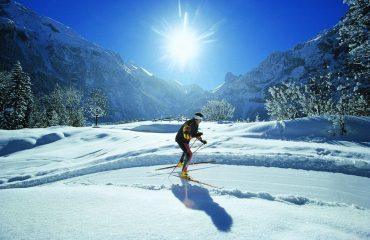 000670_switzerland_skier-with-mountain--g.jpg